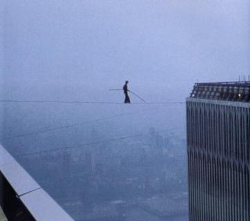 Philippe Petit svansende på linen mellem The Twin Towers i 450 m. højde. Kilde: culturegoespop.wordpress.com