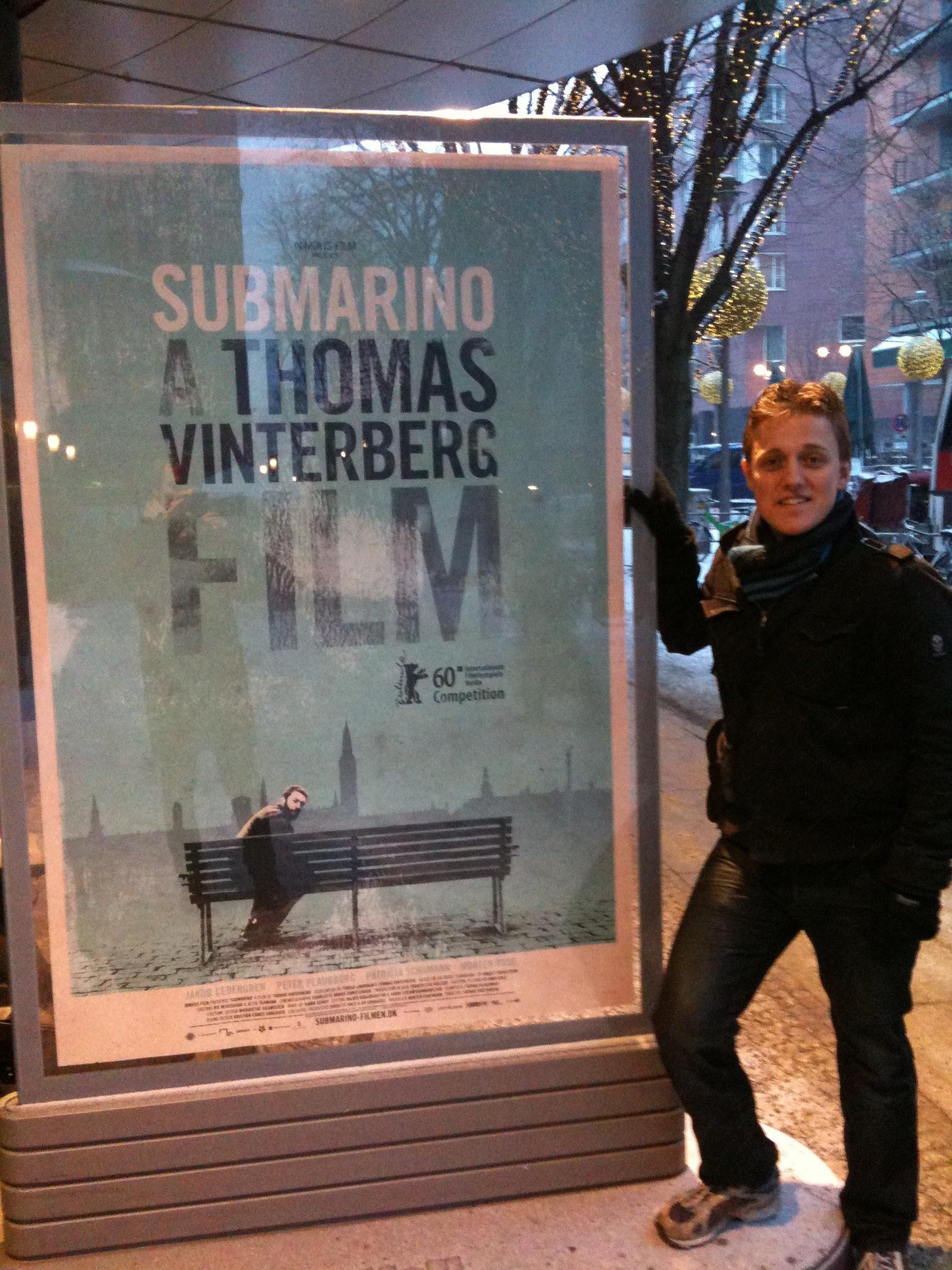 En af de utallige plakater, der præger billedet omkring Potzdamer Platz