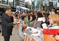 Colin Firth giver de begejstrede fans hvad de ville have inden premieren på The King's Speech, de takkede ham senere ved at synge fødselsdagssang for Firth, der fyldte 50 på TIFF