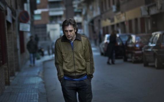 Javier Bardem står ret alene i Biutiful, men spiller smukt. Foto: Nordisk Film