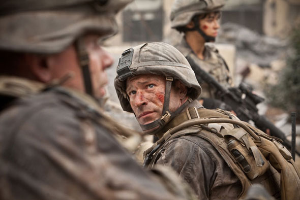 Aaron Eckhart spiller hovedrollen i denne nye katastrofefilm om rumvæseninvasion. Foto: Disney
