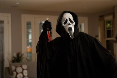 Hehehe... Den notoriske Ghostface Killer er svær at tage helt seriøst. Foto: Scanbox