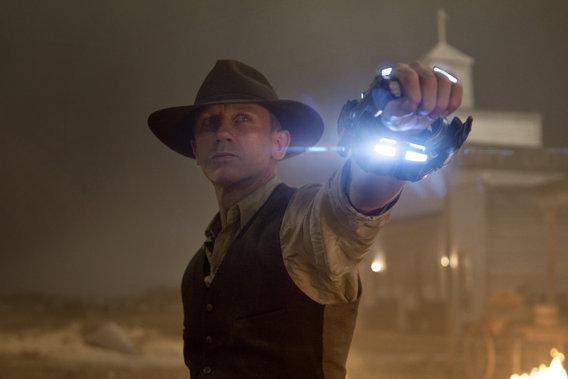 Daniel Craig er ikke kun sej som James Bond, han kan også som futuristisk cowboy! Foto: UIP
