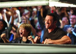 Far(Hugh Jackman) og Søn(Dakota Goyo) i skøn bokseforening. Foto: Walt Disney & Sony Pictures
