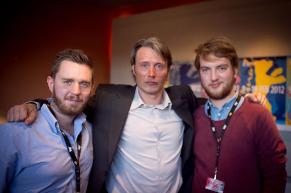 Her er et billede af de to værter, Lars Juul Hauschildt til venstre og Martin Wolsgaard til højre, sammen med stjernen fra En Kongelig Affære, Mads Mikkelsen.