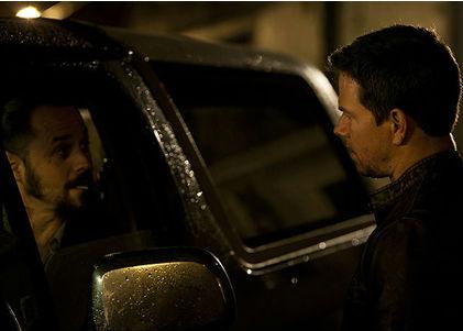 Chris(Mark Wahlberg) og den lokale gangster Tim(Giovanni Ribsi). Foto:UIP