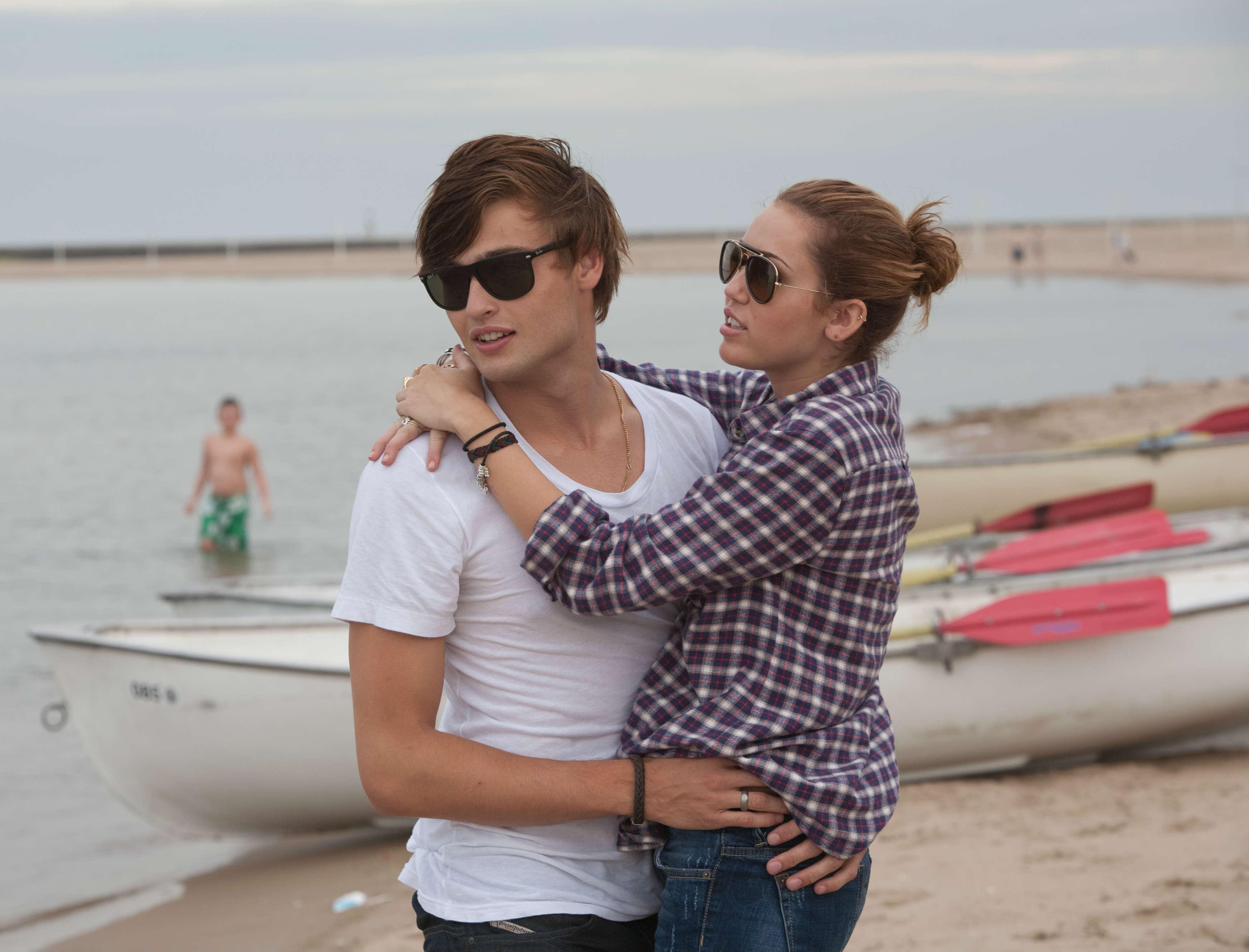 Åh, den dybtfølte kærlighed (Douglas Booth og Miley Cyrus). Photo courtesy of Scanbox Entertainment.