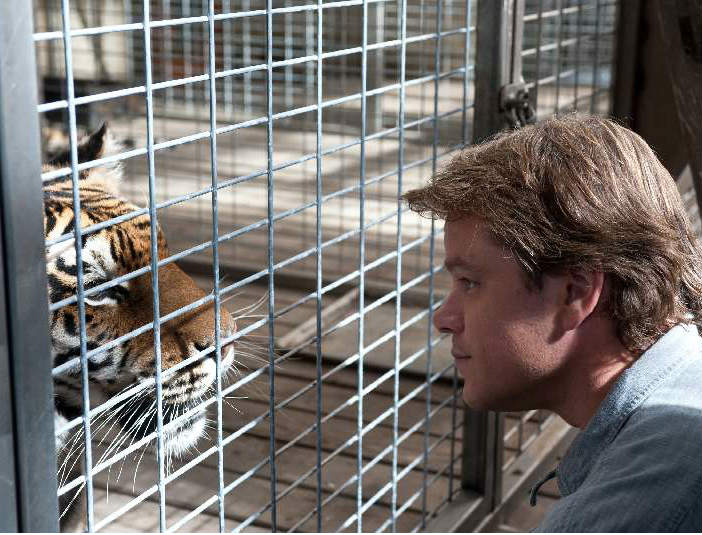 Tigeren Spar spiller en stor rolle i We Bought a Zoo. Her sammen med Matt Damon. Photo Courtesy of Fox Film Distribution.