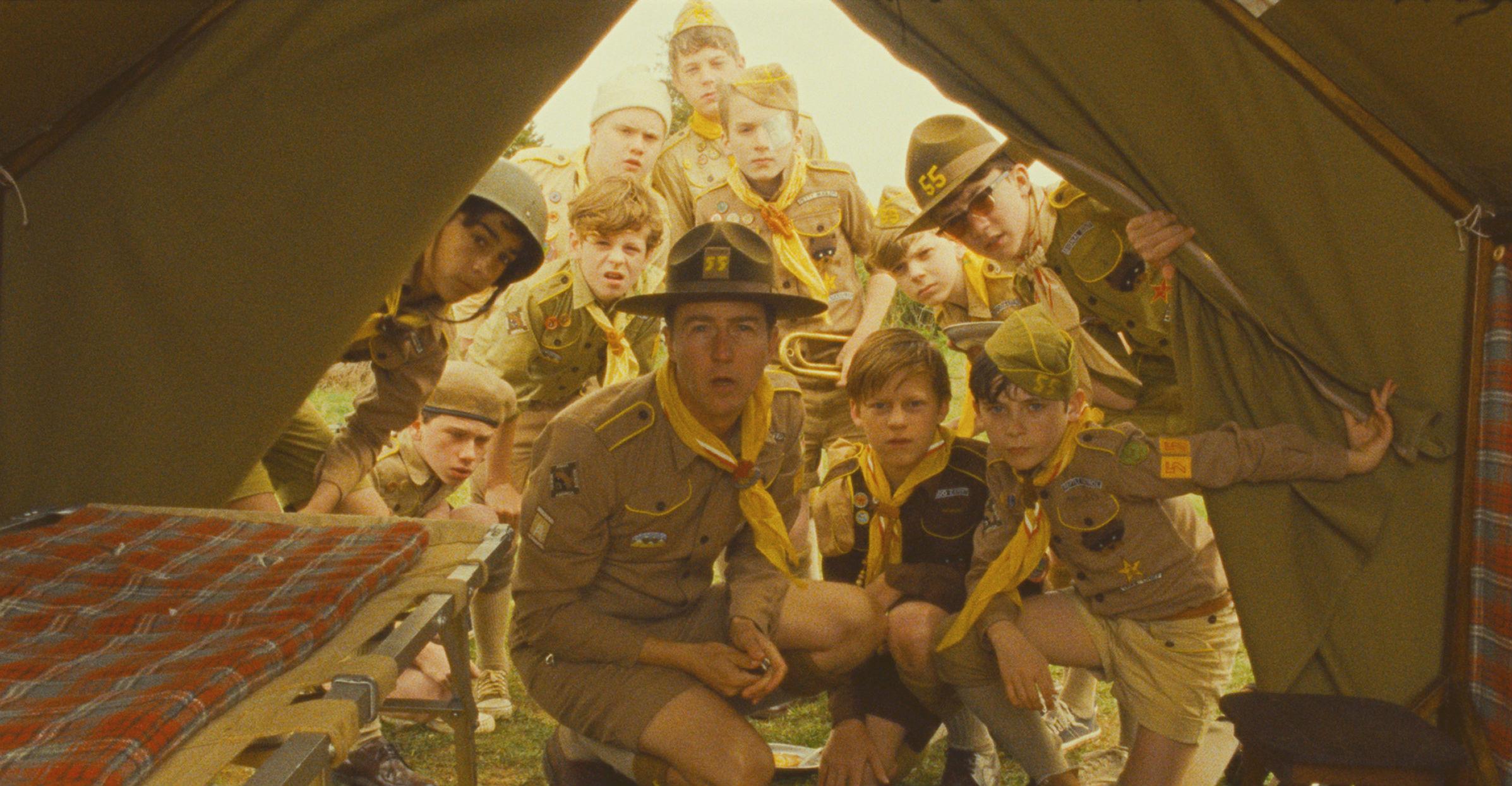 Scout Master Ward (Edward Norton) og hele khakispejderlejren overraskes, da Sam ikke er med til morgenmønstring. Photo courtesy of Camera Film
