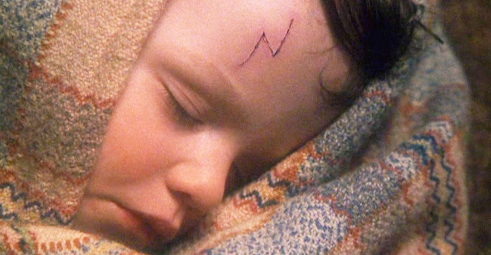 Eventyret begynder med baby Potter på The Dursleys' dørtrin