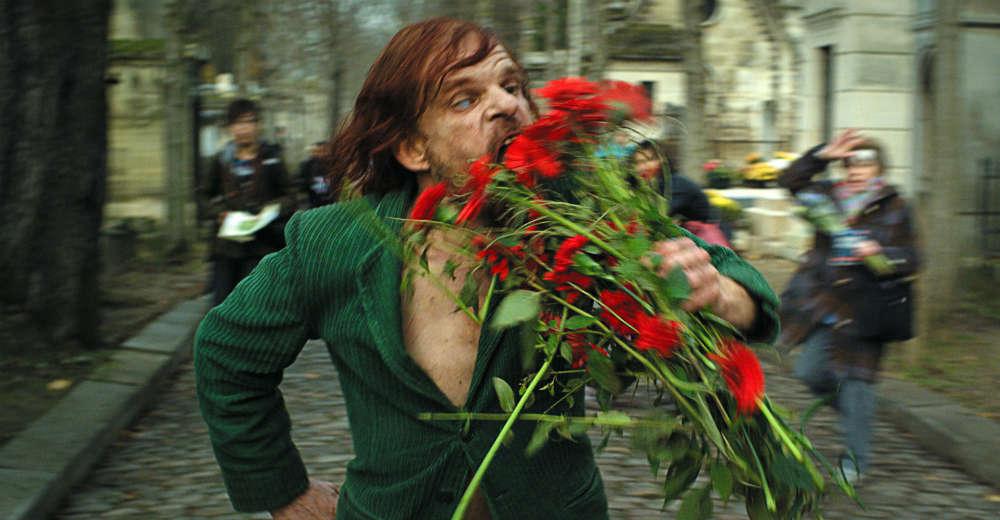 Monsier Oscar (Denis Lavant) som et altspisende udyr! Photo Courtesy of Camera Film Distribution
