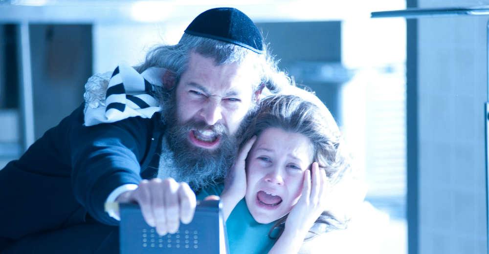Tzadoc (Matisyahu) og Em (Natasha Calis) i kampen mod den onde ånd. Photo Courtesy of Nordisk Film Distribution.