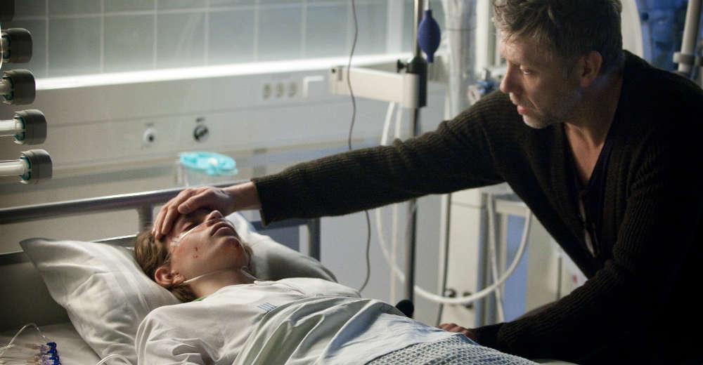 Mikael Persbrandt hypnotiserer drengen i koma. SF- Film distribution