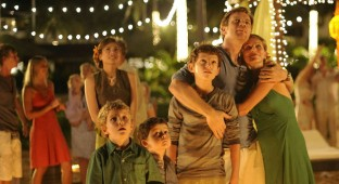 The Impossible. På billedet ses hele familien bestående af skuespillerne: Ewan McGregor, Naomi Watts, Tom Holland, Oaklee Pendergast og Samuel Joslin. Photo Courtesy of Nordisk Film Distribution