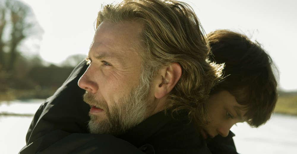 'En du elsker' af Pernille Fischer. På billedet: Mikael Persbrandt og Sofus Rønnov. Photo Courtesy of Nordisk Film Distribution and Rolf Konow