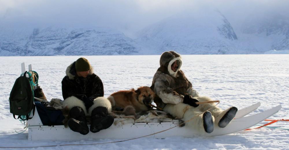 Unge Inuk med den garvede Ikuma på isen. Copyright: Camera Film