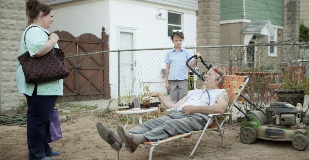 Vincent har sat naboens søn til at slå sin plæne. Der er ikke så meget græs at slå, men som Vincent siger, handler det om lektionen. Naboen er ikke så tilfreds.  Copyright: Scanbox Entertainment