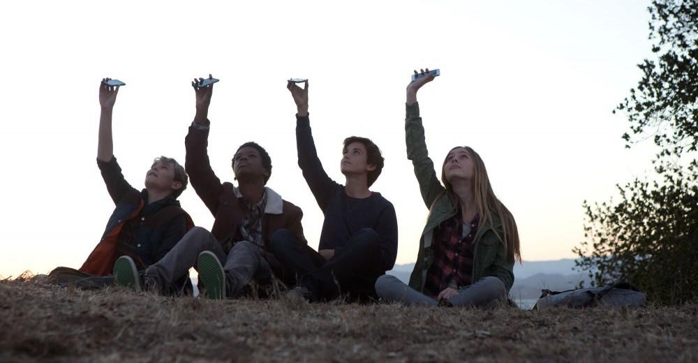 Fra venstre ses Munch (Reese Hartwig), Tuck (Astro), Alex (Teo Halm) og Emma (Ella Wahlestedt), som de filmer sig selv til en scene. Photo courtesy of SF-film
